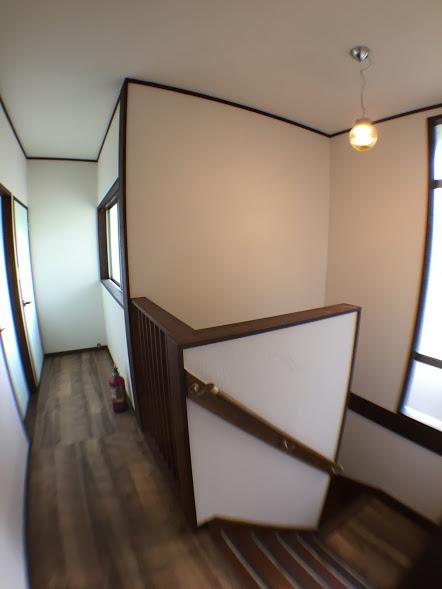 2階階段照明と廊下